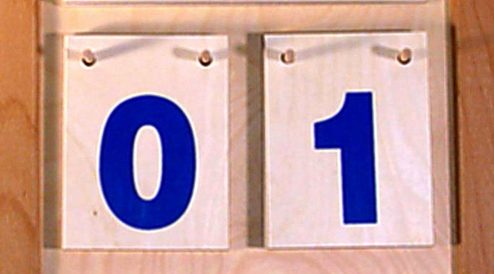 Kalender im Halbformat mit bunter Schrift